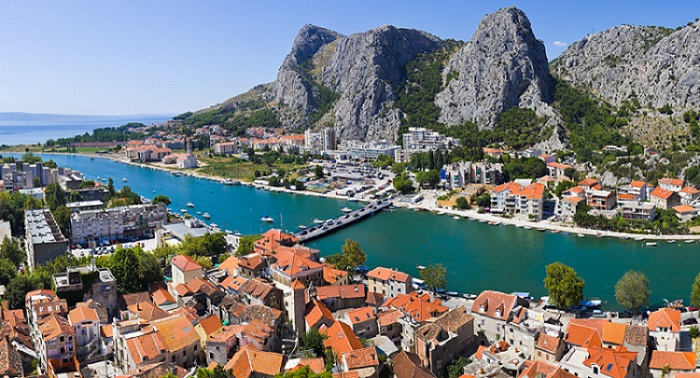 traveling through Croatia with renting taxi service